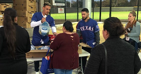 Texas Rangers bless families with Thanksgiving meals