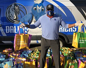 dallas mavericks deliver thanksgiving meals