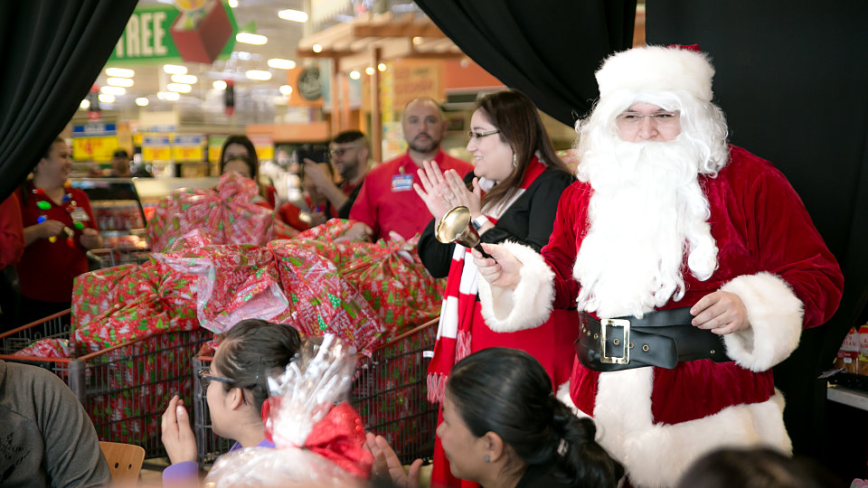Heb Hours Christmas Eve.Friday Photo Heb Gives Shopping Spree And Gifts To 20