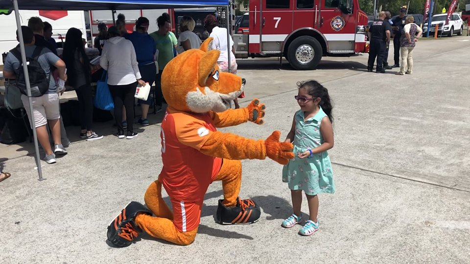 houston sport mascots played with children fromt the buckner family hope center