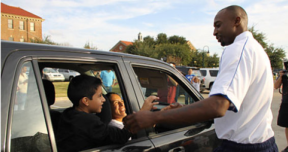 Mavericks Guard Jason Terry Delivers Turkeys to Buckner Families
