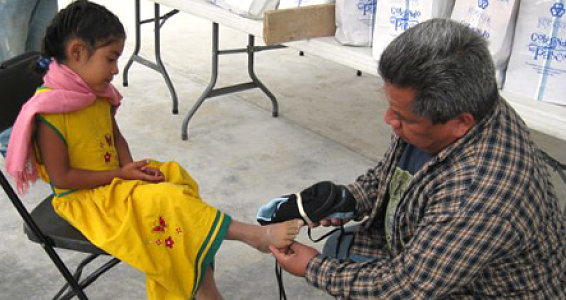 Zapotec Children Receive New Shoes