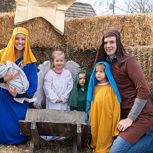 kemp-family-dresses-up-in-a-nativity-scene.jpg