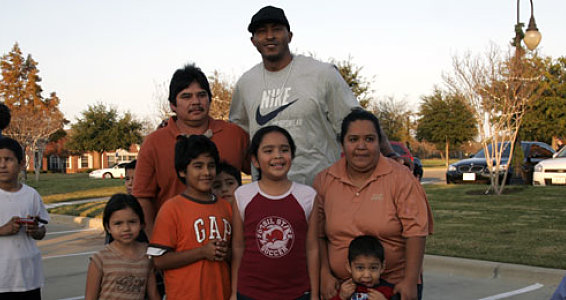 Mavs Forward Gives Dallas Families a Thanksgiving to Remember