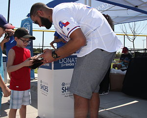 rangers nomar mazara signs autographs for children