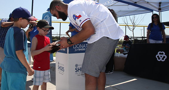 Rangers Nomar Mazara hosts shoe drive for children in his hometown of Dominican Republic