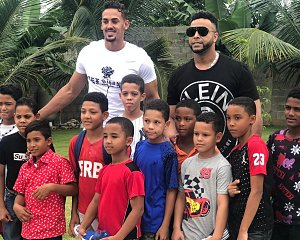 ronald guzman and nelson cruz deliver shoes to children in dominican republic
