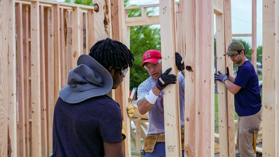 spring break volunteers build home in a week